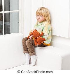 peu, séance, sofa, ours peluche, maison, fille souriante