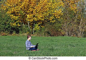 peu, saison, ordinateur portable, parc, automne, girl, jouer, heureux