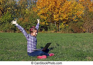 peu, saison, ordinateur portable, parc, haut, automne, mains, girl, heureux