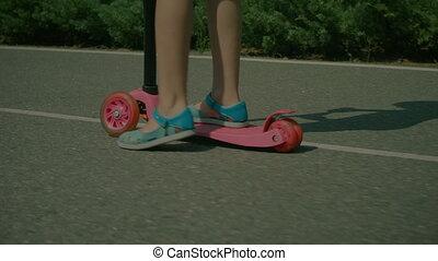 peu, scooter, pieds, poussée, équitation, girl, sandales