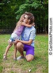 peu, sien, fille, père, jeune, étreindre, dehors, adorable
