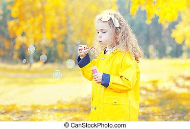 peu, souffler, girl, ensoleillé, jouer, automne, enfant, bulles, savon, jour, heureux