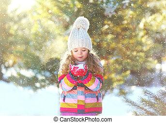 peu, souffler, hiver, enfant, ensoleillé, neige, jouer, mains, girl, jour