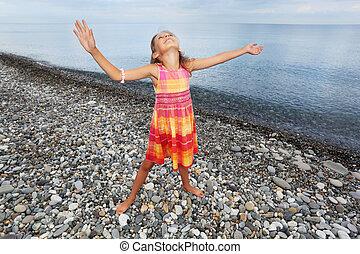 peu, soulevé, mains, girl, plage, pierreux, haut