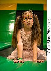 peu, trampoline, salle, elle, facepainting, maquillage, jeu, figure, gosses, cour de récréation, portrait, girl