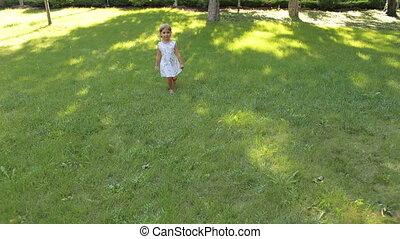 peu, vieux, années, quatre, courant, park., vert, girl, herbe, heureux