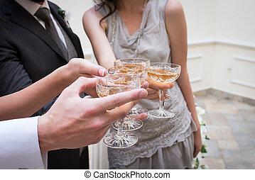 pezsgő, glasses., esküvő vendég, csengő, pezsgő pohár, noha, a, newlywed's.