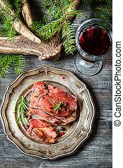 pezzo, di, carne di cervo, servito, con, vino rosso
