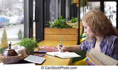 pfanne, von, junge frau, fragt, a, kerl, helfen, sie, mit, studieren, sitzen, in, a, café