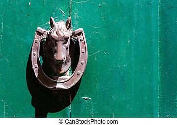 pferd, klopfer, auf, a, grüner hintergrund
