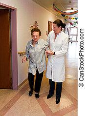 pfleger, alte frau, in, a, krankenpflege, sorgfalt