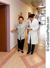pfleger, mulher velha, em, um, amamentação, cuidado