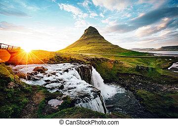 phantastisch, abend, mit, kirkjufell, volcano., ort, berühmter ort, kirkjufellsfoss, wasserfall, island, europe.