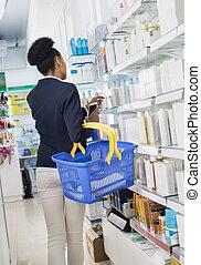 pharma, femme affaires, téléphone, produits, choix, panier