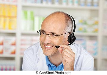 pharmacien, converser, sur, casque à écouteurs, dans, pharmacie