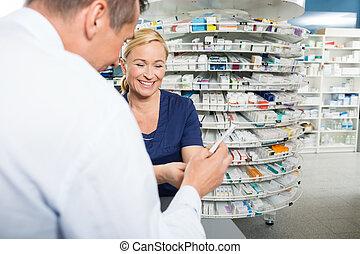 pharmacien, expliquer, produit, détails, à, mâle, client
