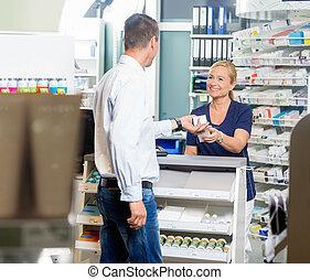 pharmacien, pharmacie, produit, client, donner