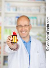 pharmacien, tenue, bouteille médicament, dans, pharmacie