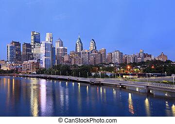 philadelphia, skyline, erleuchtet, und, reflektiert, in, schuylkill fluß, an, dämmerung, usa