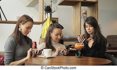 phones., ruchomy, trzy, girlfriends, ich, czytanie dla przyjemności, kawiarnia, spotkanie, przyjacielski, kobiety