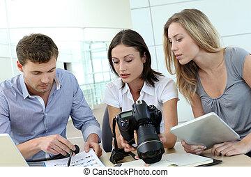 photo, équipe, bureau fonctionnant, journalistes