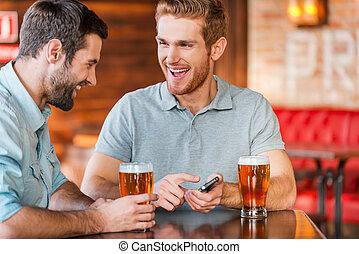 photo!, ただ, それ, 2, 偶然, 指すこと, 若い, ビール, 保有物, 微笑, 痛みなさい, 幸せ, それら, 男性, pub, 電話, ウエア, 飲むこと, 1(人・つ), 見なさい, これ, 間