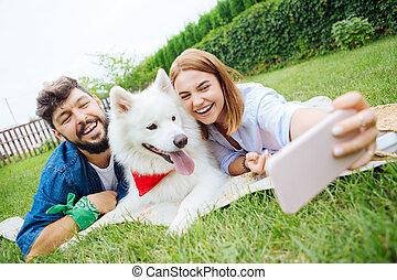 photo, couple, jeune, chien, leur, confection, herbe, mensonge