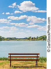 Photo empty bench on the lake in summer day