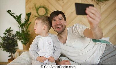 photo famille, prendre, lit, parents, bébé, maison, sourire, selfie