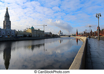 Photo of the great temple in Moscow on the river