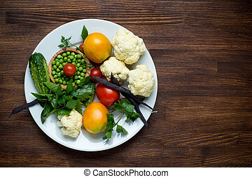 Photo of white plate with fresh vegetables. Top view - Photo...