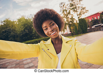 Photo portrait of african american girl taking selfie in park