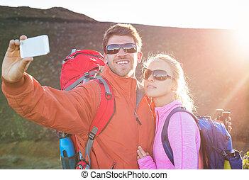 photo prenant, couple, eux-mêmes, téléphone