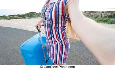 photo, prendre, jeune, femme, voyageur, selfie