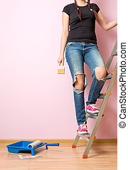 Photo woman with brush standing on stepladder