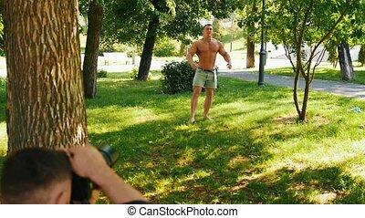 photographe, parc, jeune, poser, body-builder, homme