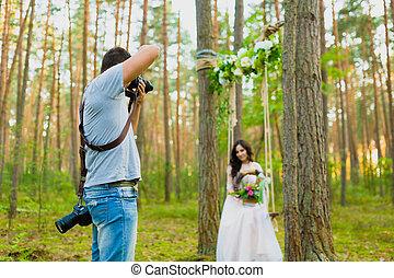 photographe, prendre, balançoire, corde, mariée, images