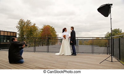 photographe, prendre, couple, nouveaux mariés, images