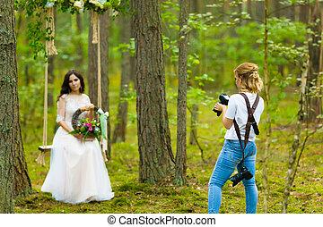 photographe, prendre, mariage, corde, mariée, balançoire, images