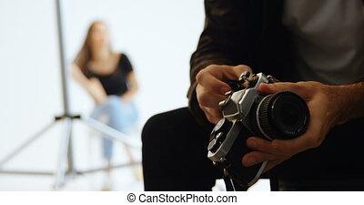 photographe, rouleau, mettre, mâle, film appareil-photo, 4k