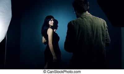 photographer directing female model - Fashion photographer...