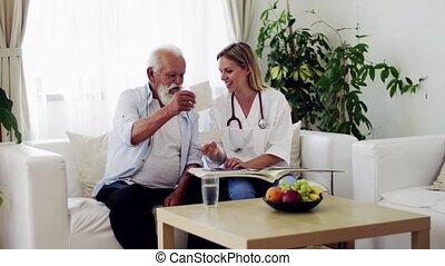 photographs., visiteur, regarder, santé, stéthoscope, personne agee, maison, homme