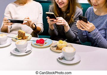photos, femmes, amusement, photographies, café, amis, regarder, rire, café, apprécier, confection, femmes, gâteaux, smartphones.