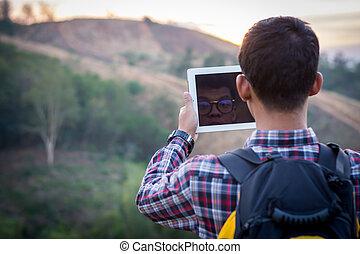 photos, prendre, homme, touristes, tablets.