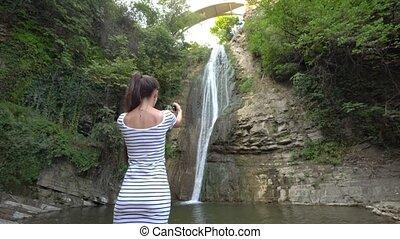 photos, prendre, waterfall., dame, jeune