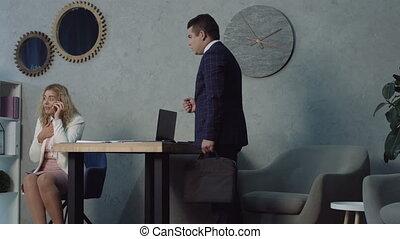 phubbing, collègue, bureau, bavarder, secrétaire