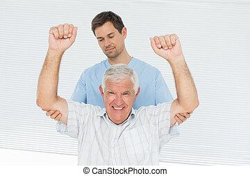 physiotherapeut, assistieren, älterer mann, erheben, hände