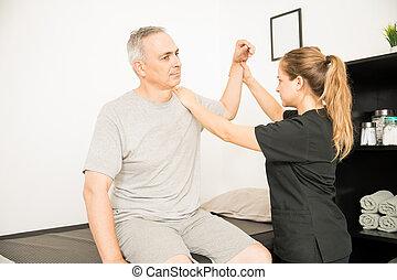 physiotherapeut, bewegen, verletzt, hand, von, älterer mann