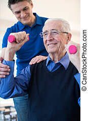 physiotherapeut, portion, älterer mann, zu, aufzug, geben gewichte