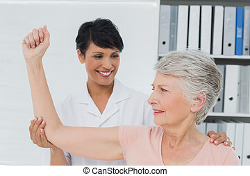 physiotherapist, 協助, 高級婦女, 舒展, 她, 手